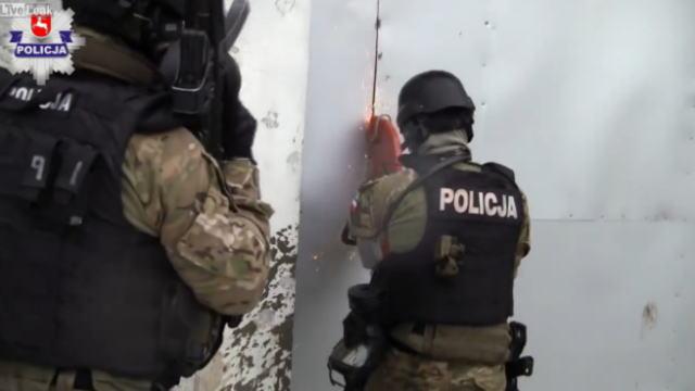 大麻の違法栽培の現場に踏み込むポーランドの警察官