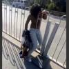 【動画】なんでこうなるw道をショートカットしようとした女性がフェンスから抜けられなくなるwww