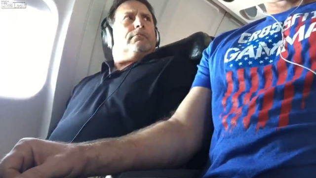 飛行機内で肘掛をいきなり取られた直後のおっさん