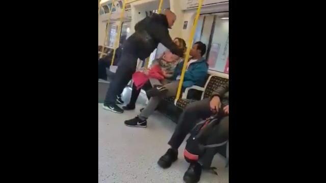 地下鉄電車内でいきなり殴られる男性