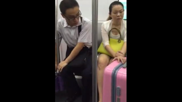電車で隣のお姉さんを凝視する痴漢