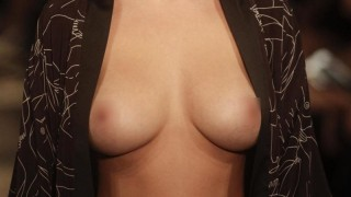 """ファッションショーで巨乳モデルが """"乳首丸出し"""" の服着させられてる・・・(画像)"""