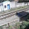 【閲覧注意】監視カメラに映っていた電車で断頭自殺をする男性…。