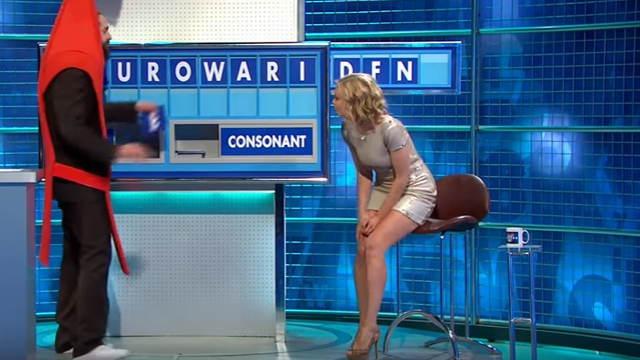 イギリスのテレビ司会者レイチェル・ ライリーがエロいボディコンでテレビ出演
