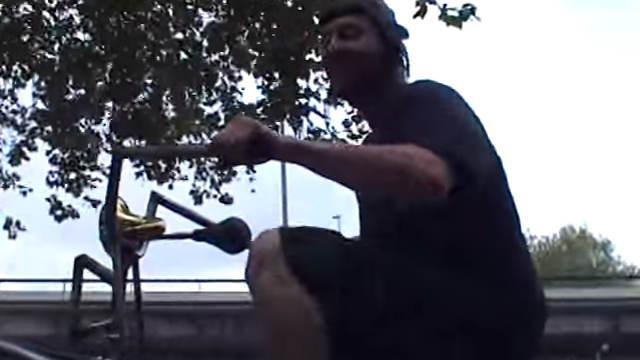 【衝撃動画】この男性が乗ってる自転車が凄すぎるwww
