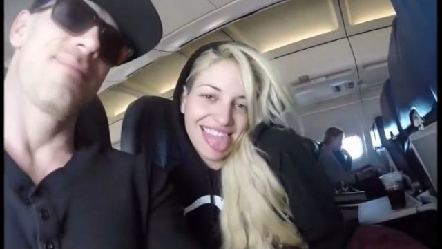 飛行機の中で撮影したカップルの画像