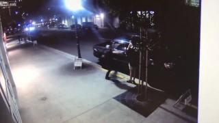 【監視カメラ動画】俺様の愛車に立ちションしやがって!!!→助走付けてパンチされノックアウトw