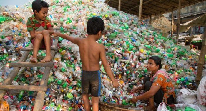 ゴミを拾って生活するバングラデシュの人々