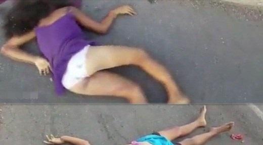 【グロ動画】パンツ丸出しの子とおっぱい丸出しの女の子が死んでる事故現場から事故の凄まじさをリポートしてみる