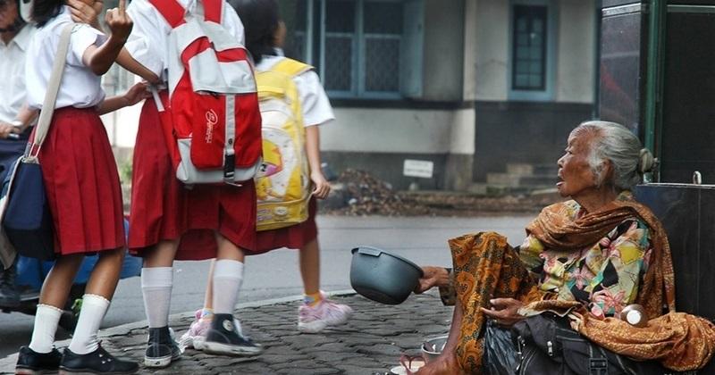 【画像】路上で物乞いしてる女の服剥いだ結果・・・