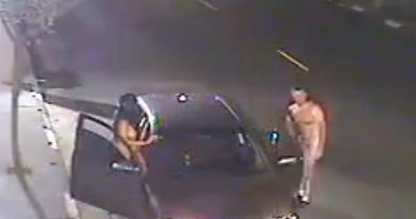 【驚愕】路駐して全裸で出てきたバカップルが始める事といえば・・・。(動画)