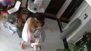 小学生でママのブラジャー下げておっぱい吸ってる男の子・・・(動画)