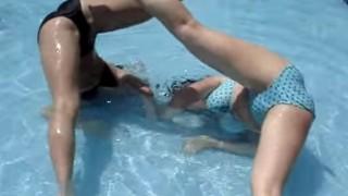 【エロいYoutube】公共プールで若い白ギャルがマングリ返ししてたから撮影しといたよ