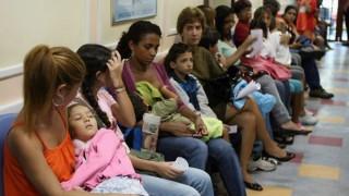 """【閲覧注意】病院の待合室で """"ヤバい状態"""" の女が診察待ちしてる・・・(動画)"""