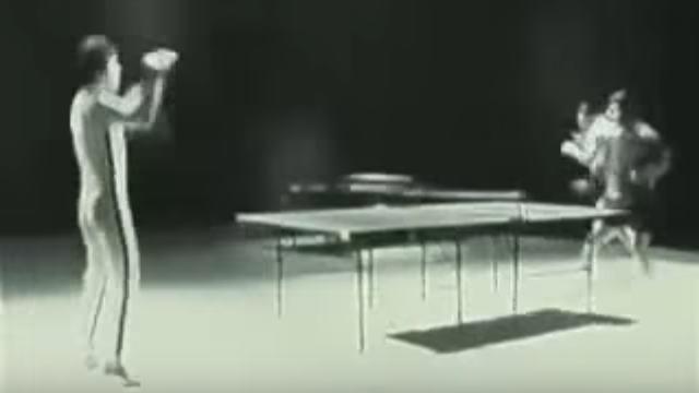 ヌンチャクで卓球をするブルース・リーの画像