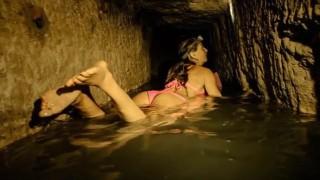 【動画】女版インディージョーンズ『アリソン・ティール』がパリの地下墓地でビキニでサーフィンしますw