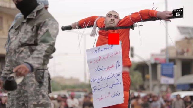ISISに十字架に貼り付け心臓をナイフで刺された男性
