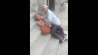 【動画】路上で女性を押し倒して腰を振ってる男がwwwww※老人同士ですが、一応エロ注意(笑)