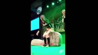 【エロ注意】とあるイベントでポルノ女優に聖水噴射され満足気な顔をする男www