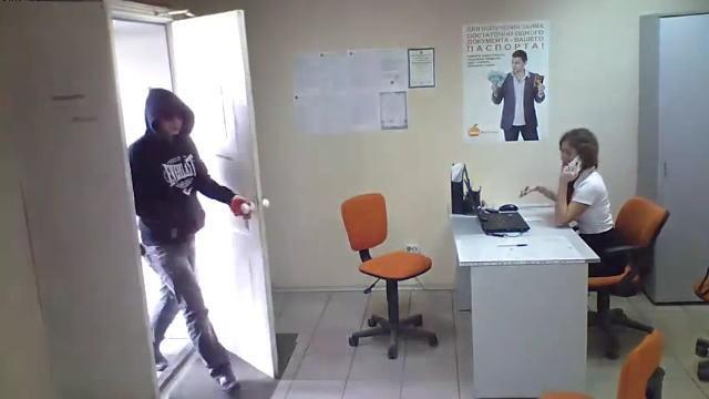 美人OLが電話中に事務所に侵入してきた強盗