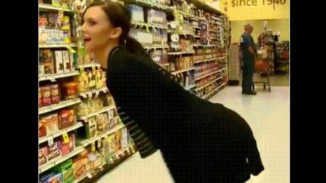 スーパーマーケットで他の客居るのにくぱぁしちゃうブロンド美女のエロGIF画像