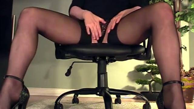 【エロ注意】秘書が誰もいないオフィスで机の下でしてることwww