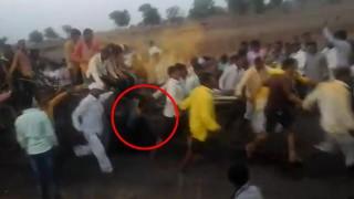 【閲覧注意】インドの山車を引くお祭りで転んでしまった男性が山車に次々に轢かれる…。
