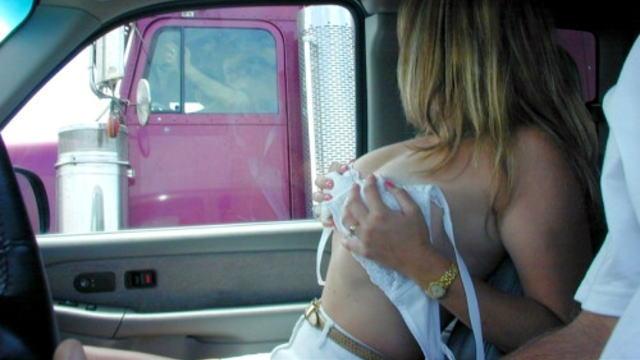 隣を走行する自動車にエロい女性が