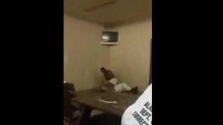 【動画】海外の刑務所で繰り出された華麗な『ダイビング・エルボー・ドロップ』www