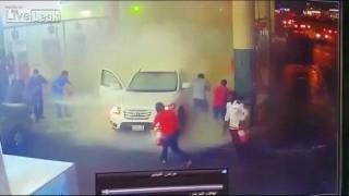 【衝撃動画】ガソリンスタンドで給油中になぜか炎上するヒュンダイの乗用車。