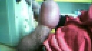 【衝撃動画】包茎ペニスの皮の部分に空気を入れ膨らませ自慰行為をする男たち。