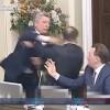 【動画】ウクライナの議会でとなりの議員に殴り掛かり乱闘騒ぎに。