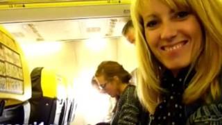 【エロ注意】絶対、隣の席にバレてるでしょw飛行機のフライト中に手コキするブロンド熟女www