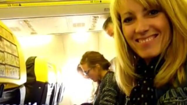 飛行機のフライト中に手コキしようとするブロンド熟女
