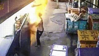 【恐怖】ドライブスルー的な感じで買い物してたら火だるまになったタイヤが猛スピードで転がってきた!