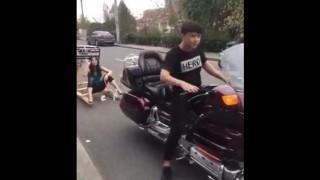 【激痛動画】バイクでオリジナルの台車を牽引して走行しようとした結果、マ○コに衝撃がwww