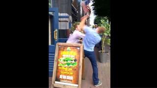 【衝撃動画】唾の当て勘の素晴らしい酔っ払いとパンチの当て勘の素晴らしい飲食店の用心棒との対決wwwww