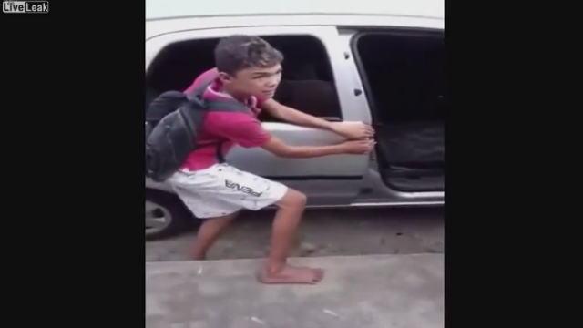私刑をされるブラジルの窃盗をした少年