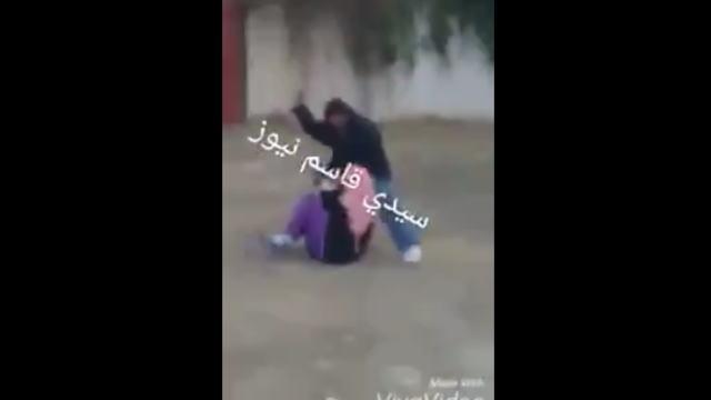 マチェーテの様な刃物で女性に襲い掛かる暴漢