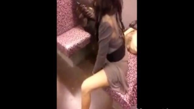 地下鉄電車内でストリップする酔っ払い美女