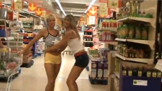 海外のスーパーマーケットでふざける女性
