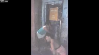 【衝撃動画】ポロリさせられた女性がナイフで刺され終了するブラジルのスラム街のリンチ。