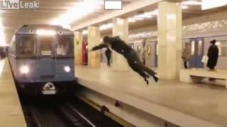 【クレイジー動画】地下鉄で電車が通過する瞬間にホームを前宙で渡る無謀な若者。