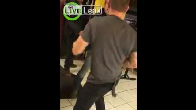 【動画】飲食店で暴れる酔っ払い二人が一人の男に次々にノックアウトされるw