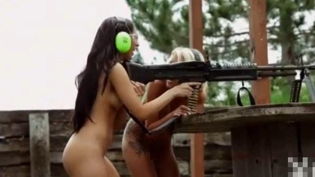 【エ□注意】全裸で機関銃を撃つ巨乳美女たちの動画w