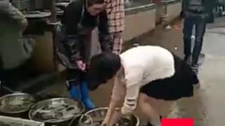 【超赤面】スカート女子、股間からアレを落としてしまう・・・(動画)