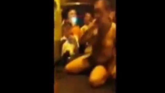 マ○コからボトルごと酒を飲む全裸の女性