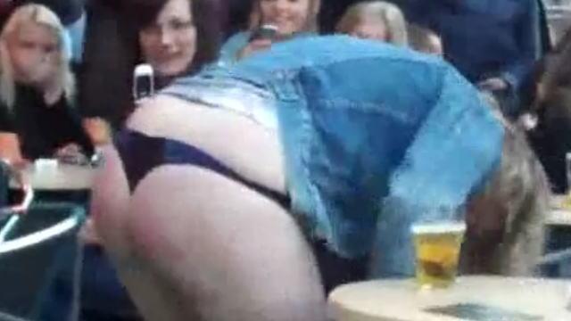 【動画】酔っ払い女性がオープンカフェで放尿して警察官たちに連行されますw