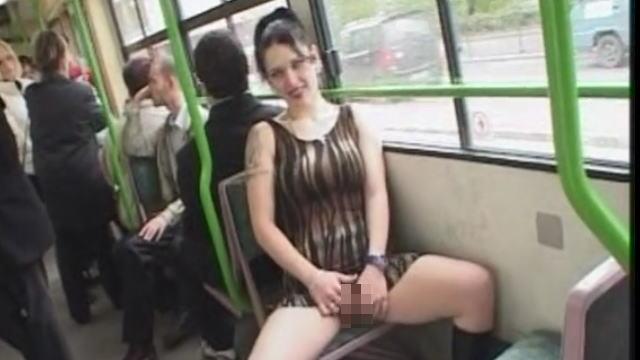 公共の交通機関でオナニーするボディコン女性