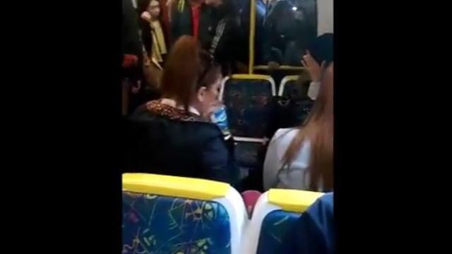 【衝撃動画】電車内で爆音で音楽をかけている女性、逆切れして注意した人に水をぶっかける。